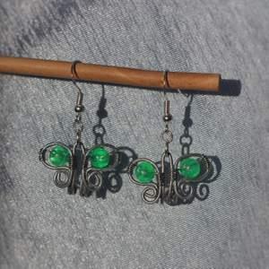 GRATIS FRAKT. Ett par jättegulliga örhängen formade som fjärilar, egentillverkade. Pärlan är grön men kan göra i massa olika färger, kolla min profil för varianter på dessa. Krokarna är nickelfria. Kan fraktas eller mötas upp i Stockholm/Huddinge. Skriv vid frågor!!