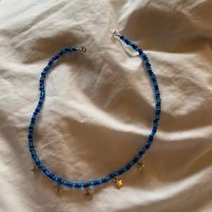 Halsband med stjärnor, ca 43 cm långt. Har sålt ett redan men finns fler!
