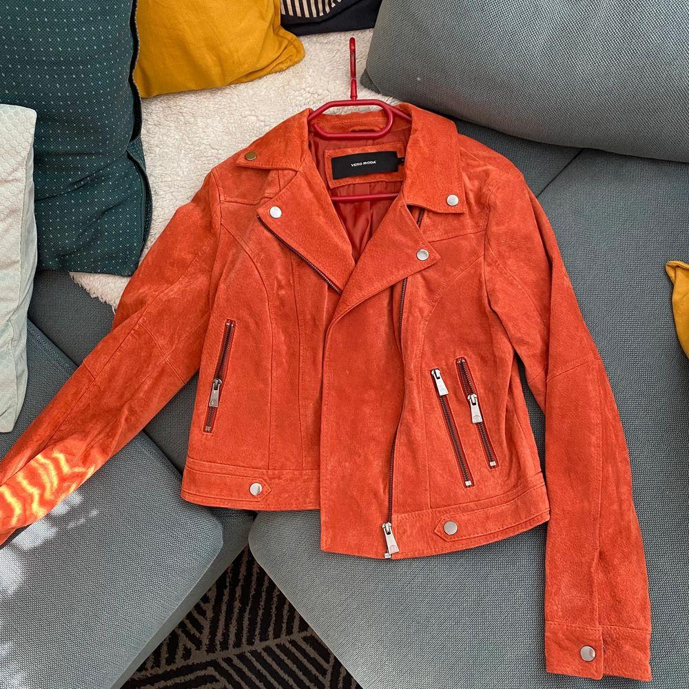 Fin mockasydd jacka från Vero Moda, köpt för 999 kr, aldrig använd och i väldigt bra skick. Bud eller köp direkt. Snabb affär så kan frakt kostnaden halveras. Jackor.