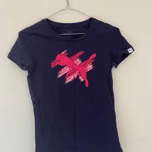 Marinblå träningströja från puma med rosa tryck! Andvänd men i bra skick!