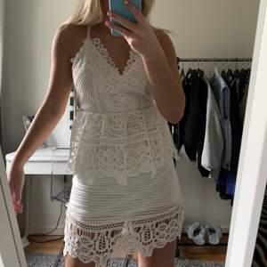 Jätte vacker klänning till skolavslutningen eller studenten! Fin i ryggen, tyvärr har den blivit för liten och går inte att stänga, storlek 34🤍