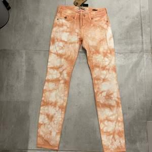 Säljer mina Maison Scotch jeans då dom tyvärr var för små redan när jag köpte dom, skickade aldrig tillbaks dom så tänkte kolla intresset här istället. Ett par helt nya jeans aldrig använda. Då jag vill kolla intresset för jeansen sker budgivning i kommentarerna 💕