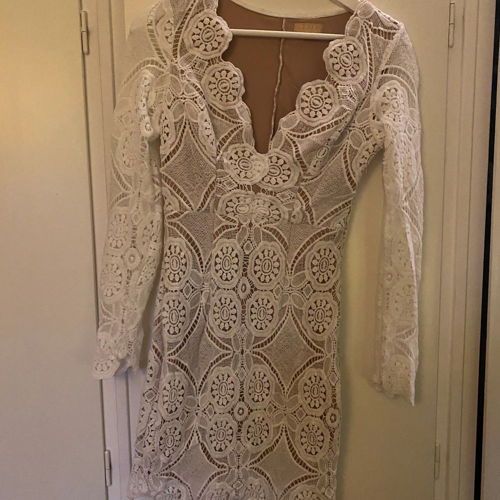 Säljer denna jätte fina klänning då den inte längre passar. Den är endast använd 1 gång och är i storlek S. Du får stå för frakt! . Klänningar.