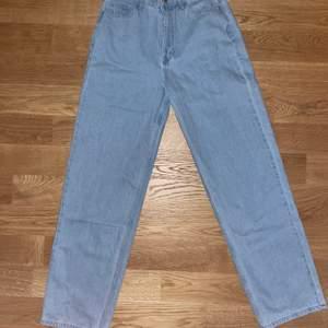 Oversize/street stil jeans från boohoo, ljus blå, storlek 40. Aldrig använda!