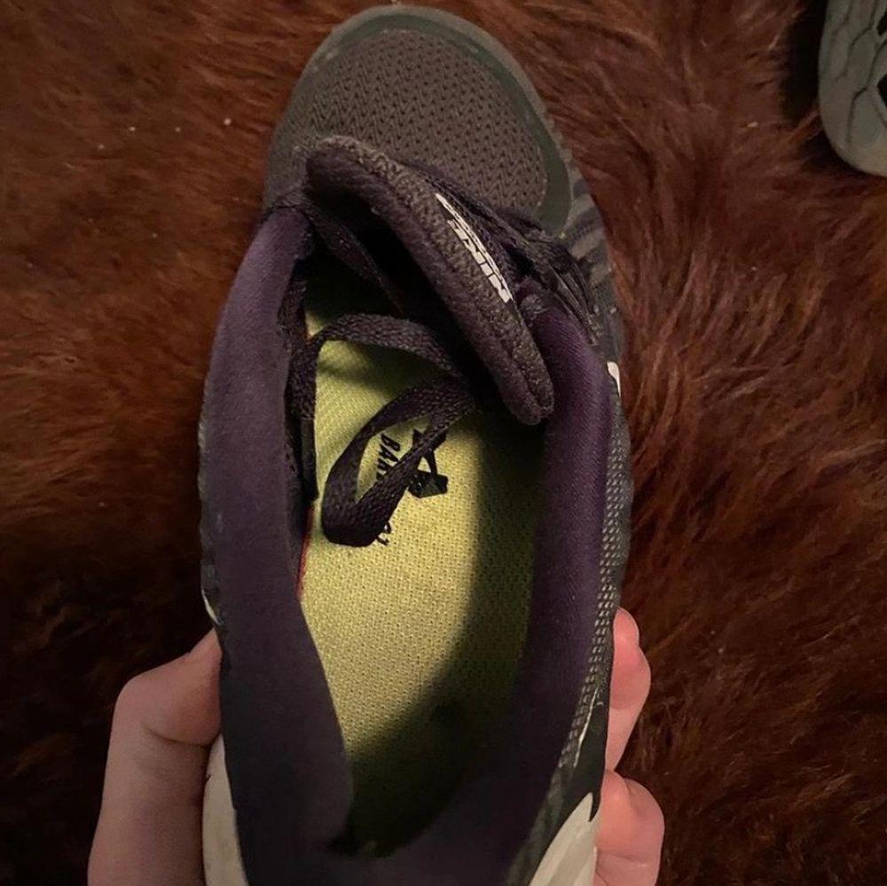 Säljer nu mina jätte sköna och väldigt använda skor! Funkar fortfarande hur bra som helst dock lite slitna där av priset! ☺️. Skor.