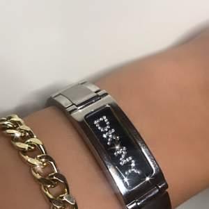 Dör för denna DKNY klocka!! Smal silver modell med skimrande pärlor som detaljer. Klockan i sig behöver byta batteri men annars är fullt fungerande. Använt den väl men är i perfekt skick✨