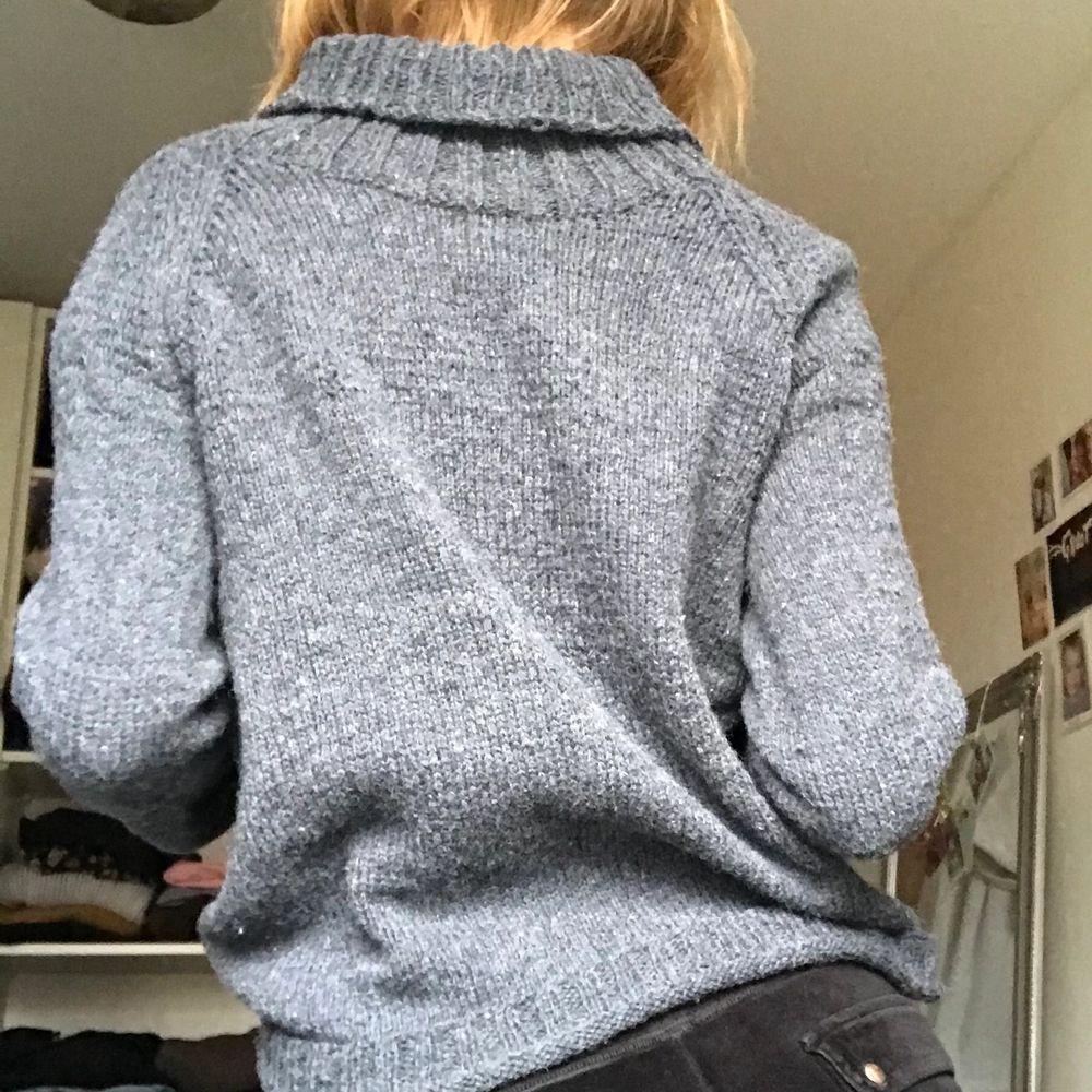Jättefin grå stickad tröja, märke och storlek är okänt. Men skulle säga att den är storlek S/M . Stickat.