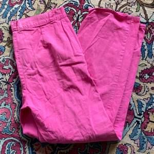 Snygga och rosa byxor (köparen står för eventuell frakt)💕