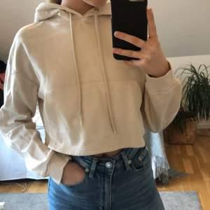 Beige croppad hoodie i storlek xs. Har använt den ett fåtal gånger så den är som ny. Från bershka