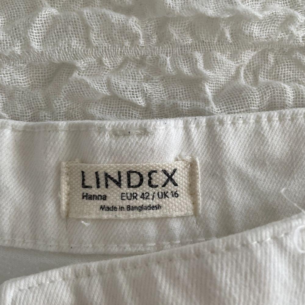 Dessa sjukt snygga vita mom jeans från Lindex. . Jeans & Byxor.