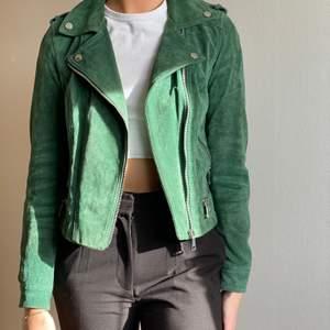 Grön mockajacka i äkta mocka från Vero Moda. Jackan är i fint skick. Storlek S. Budgivning från 200kr köp dirket för 300kr. Kan skickas, köparen står för frakten🥰