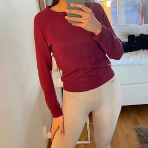 Sweatshirt i vinröd färg. 2 för 3 på allt jag säljer❤️❤️