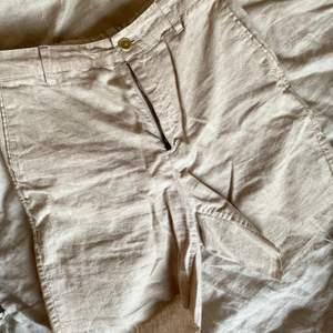 Fina linneshorts, 52% linne 48% bomull. Lite längre ben, snygga både som de är men även uppvikta! ✨ Kan mötas upp i Linköping alternativt skickas mot fraktkostnad!