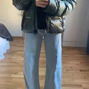 Jätte fina ljus blåa jeans! Storlek 36 men passar även 34👌👌 sitter jätte fint och jätte sköna!😉😉😉