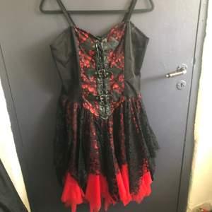 röd/svart klänning med korsett-aktig topp och spets-kjol. det står att den är Free Size, skulle säga S-M. ryggen är i stretchigt material. frakt inkl i priset.