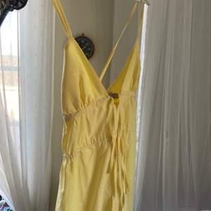 Jätte fin och gul sommarklänning. Inte använd så nyskick!
