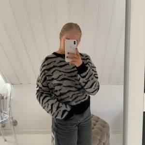 Säjler min stickade tröja från custommade, 100% ull och köppt för ca 1999 kr. Den är väldigt lång i armarna vilket är skönt😇
