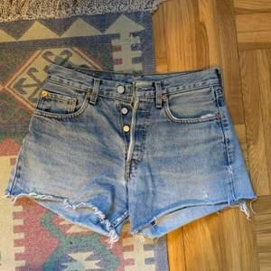 Fina shorts från Levi's i använt skick. Storleken har blivit bortsliten, men känns som en S. Jag har vanligtvis XS/S och de sitter perfekt i midjan
