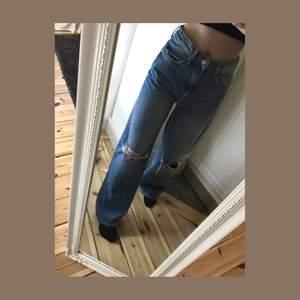 Raka jeans med hål på knäna. Har två par ett par i storlek S och XS. 150kr + frakt. Är 170 cm. 🚚☀️