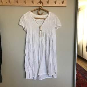 Vit kortärmad klänning från Odd Molly. Fint skick! Köparen står för frakten!