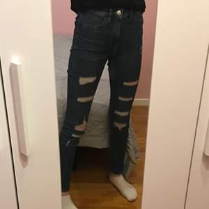 Skinny jeans från HM med hål i. Använda några få gånger men är i fint skick. Storlek 34 💕 Pris: 50 kr + frakt (priset kan diskuteras)
