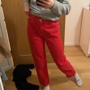 Röda jeans från mango i storlek 32. Nypris ligger kring 350kr pris kan diskuteras 🌞