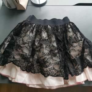 Supersöt y2k / 2000's kjol med tre lager i chiffong och spets. Rosa och svart. Finns ingen storlekslapp men passar XS - s