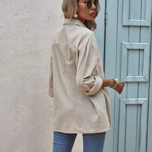 En enkel blus med färgen kaki, köpt från shein och använt 1-2 gånger. Blusen är i bra sick. Kan skicka tydligare/ bättre bilder vid intresse 🤍