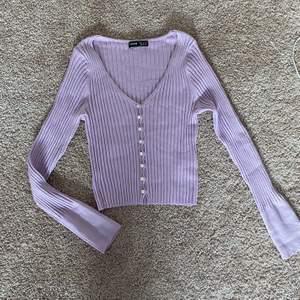Lila tröja med pärlknappar. Säljer då den är för stor för mig (endast testad) från SHEIN. Tröjan är i stl S och jag uppfattar den som normal i storleken (jag har xxs-xs i vanliga fall). Säljer för 125kr + 50kr i frakt TOTALT 175kr