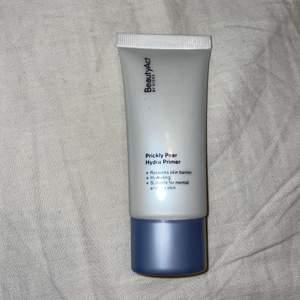 Superbra primer för torr hud. Den är helt ny och använd ca 2 gånger. Köpt ny för ca 200kr men säljer för 150kr plus frakt⭐️
