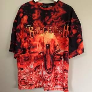 Säljer denna coola T-shirt från Bershka x Billie Eilish. Har aldrig använt och den är i nyskick! Den är i storlek i storlek M.  Säljer för 60kr! ❤️ köparen står för frakten!  (79kr)