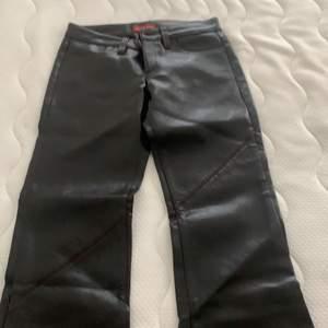 Lågmidjade läderbyxor som sitter som bootcut på! Väldigt långa på mig som är 170. Säljs pga jag ej får på mig dom längre! Aldrig använda