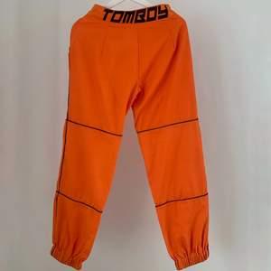 Orangea högmidjade byxor med tryck från Fanny Lyckmans kollektion med Missguided.