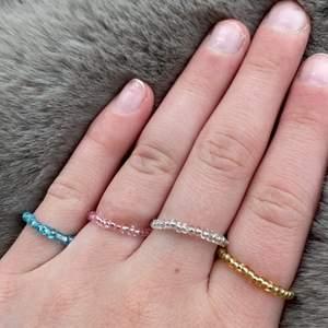 Nu säljes de här ringarna i  blå,rosa,guld och vitt