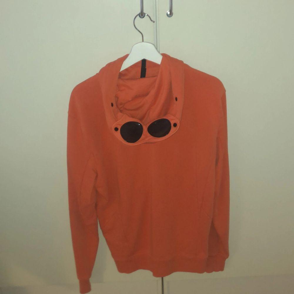 Cp company zip up hoodie i fräsch orange färg, nästan aldrig använd. Storlek M, köp på nk i Göteborg för 2400kr. Huvtröjor & Träningströjor.