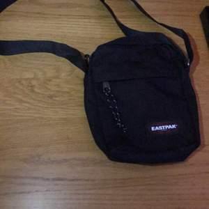 Helt oanvänd eastpak väsk svart tre fickor pratar om priset i dm