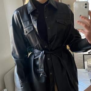 Så otroligt snygg jacka från Zara i storlek L men som passar bra på mig som vanligtvis har S/M, det beror helt enkelt på hur man vill att den ska sitta. Aldrig använd! Exklusive frakt💕