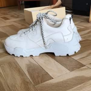 Chunky, vita skor i skinn och av riktigt fin kvalitet. Storlek 40. Bekväma. Knappt använda, men dom ser tyvärr inte längre sprillans nya ut. Nypris 1700:-
