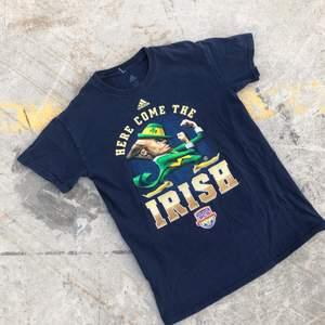 Sjukt snygg college t-shirt producerad av Adidas åt Notre dame, Indiana och deras Amerikanska fotbollslag Fighting Irish från National Championship 2013. Tröjan är S men passar något mindre. Sjukt snyggt tryck. Tröjan är även i grymt skick och inga direkta defekter. Tveka inte att höra av dig om du undrar något! 🌱✌🏻🏈
