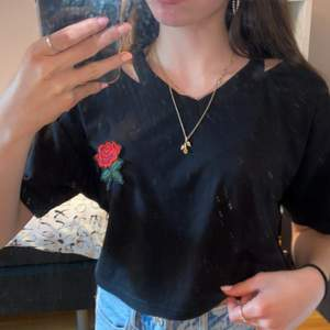Superfin svart t-shirt med en ros på. 🌹 Den är i bra skick! Köparen står för frakten! 🌸