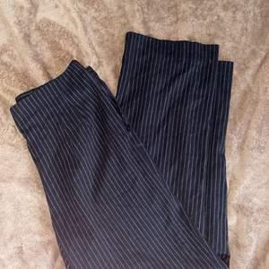 kostymbyxor från humana, storlek 42 💓 stora i midjan på mig som vanligtvis har M men kan fixas med skärp, bra längd och passform annars på mig som är lång 😌 aldrig använda