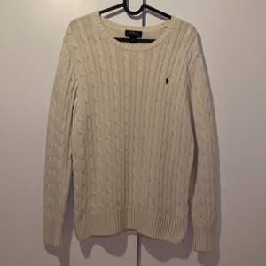 En kabelstickad tröja från Ralph lauren! Den är i storlek L (14-16). Dock lite urtvättad men å andra sidan ger de en skön vintage vibe✌🏻