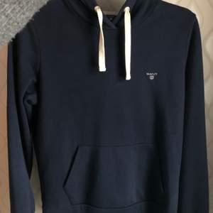 Säljer denna fina marinblåa gant hoodie. Storleksmässigt:S-M. Använd Max 5 gånger. Super bra skick!! Beställd från Zalando för 1199:- 💙