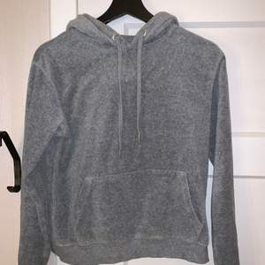 """En superskön grå hoodie i typ """"filt""""material! Nyskick. Storlek S. Ifrån hm!😇 köparen står för frakten!"""