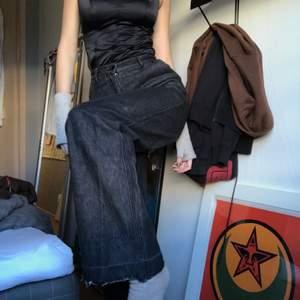 Gråa H&M högmidjade jeans. Storlek 34. Passar perfekt i längden på mig som är 177 cm.😍😍😍 jag är w28-29 och dom passar bra i min midja