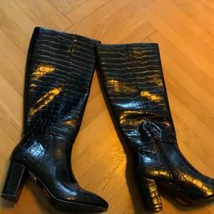 """Helt nya boots, spontanköp och använda en gång men  inser att de inte va min stil.. hittar inte kvittot så roligare att sälja om det finns en själ där ute som passar bättre i dessa än vad jag gör!  """"prislappen"""" sitter kvar till och med undertill! Mötes i Malmö annars  tillkommer frakt💕"""