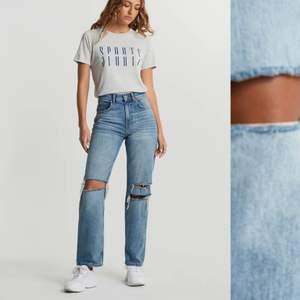 Säljer ett par as snygga trendiga jeans som jag tyvärr ej använder 🤍 300kr +frakt 60kr