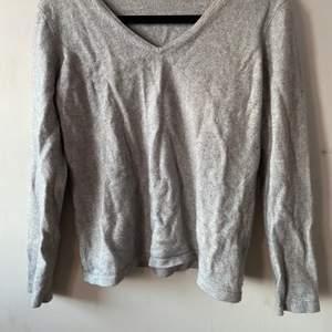 En grå tröja i bomull tror jag, aldrig använd, okänt märke! Det står storlek 42 men är mer 36-38