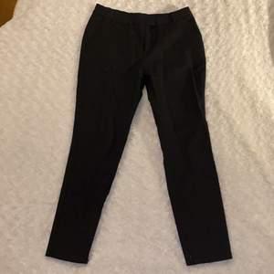 Lågmidjade kostymbyxor från Bikbok i storlek XS 🖤🖤 Byxorna är i mycket fint skick och är använda fåtal gånger 🥰 Samfraktar gärna med andra plagg och betalning sker via Swish <33