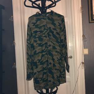 Skjorta i camouflage, använde som klänning förr men funderade på att klippa av den men säljer den nu ist!